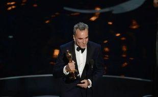 """""""Argo"""" a remporté dimanche l'Oscar du meilleur film, décerné par la Première dame Michelle Obama, lors d'une soirée marquée par le troisième sacre du Britannique Daniel Day-Lewis et le couronnement de """"Amour"""" pour le film étranger."""
