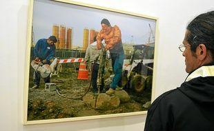 """Un ouvrier en démolition, sous les traits de La Chose, des """"4 fantastiques""""."""