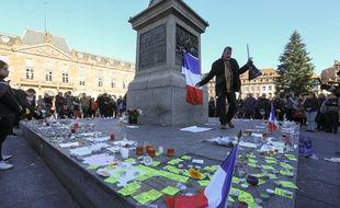 Strasbourg le 16 novembre 2015. Une minute de silence place Kléber en hommage aux victimes des attentats de Paris. 500 personnes.