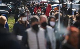 Des Bulgares équipés de masques dans les rues de Sofia, le 6 avril 2020.