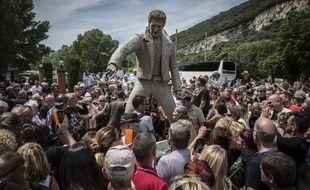 A Viviers, village ardéchois où est enterrée la mère du chanteur, une statue à l'effigie de Johnny Hallyday a été inaugurée samedi 16 juin 2018.