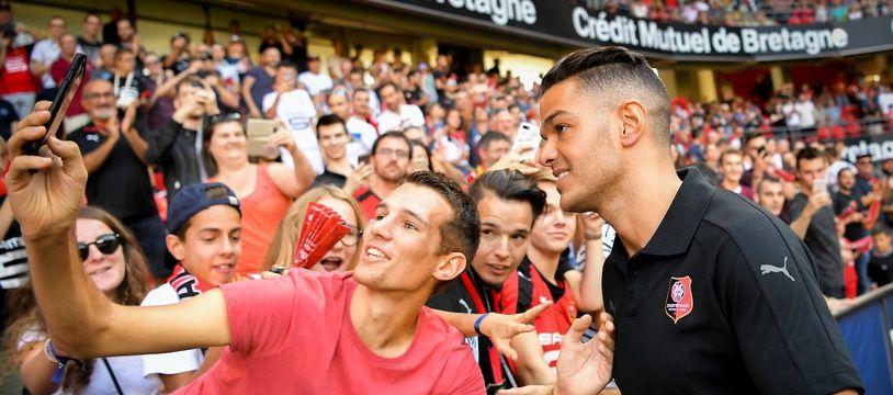 Hatem Ben Arfa avec un supporter, le dimanche 2 septembre lors de sa présentation au Roazhon Park avant la rencontre face à Bordeaux.