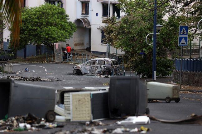 A La Réunion, la mobilisation a dégénéré dans la nuit de samedi à dimanche, comme ici au Moufia, un quartier de Saint-Denis.