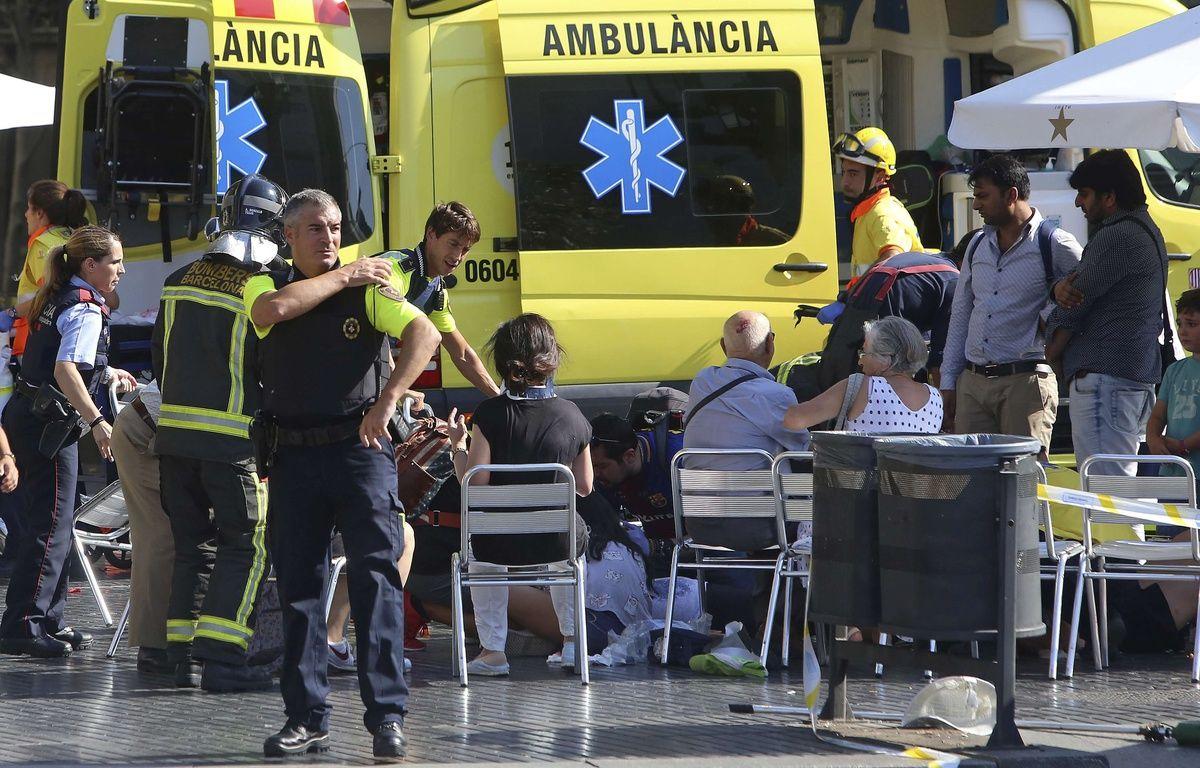 Les blessés sont pris en charge à Barcelone, en Espagne après qu'une camionnette a foncé dans la foule.  – Oriol Duran/AP/SIPA