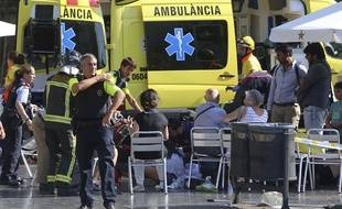 Les blessés sont pris en charge à Barcelone, en Espagne après qu'une camionnette a foncé dans la foule.
