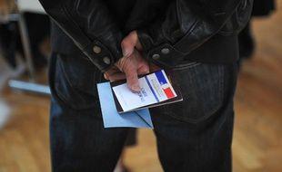Dans un bureau de vote à Strasbourg, le 6 mai 2012.