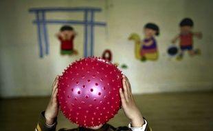 Un enfant chinois souffrant d'un trouble autistique joue dans un centre spécialisé.