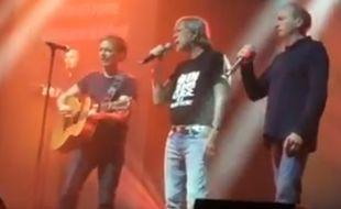 Renaud, entouré de Jean-François (à g.) et Alain Bernardini du groupe I Muvrini, au Zénith de Montpellier, le 6 mars 2016.