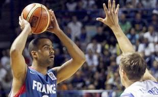 Le meneur de jeu de l'équipe de France de basket, Tony Parker lors d'un match face à la Finlande, le 8 août 2009 à Pau.