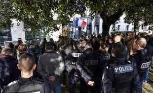 Des rassemblements silencieux avaient déjà été organisés mardi devant de nombreux commissariats en France, comme ici à Lyon. PHILIPPE DESMAZES
