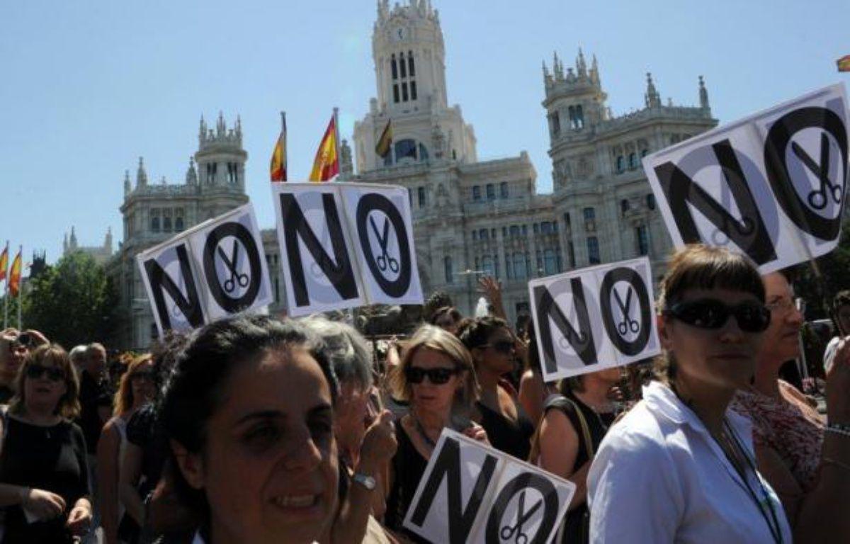 En Espagne, des manifestants se préparaient samedi au dernier rassemblement en date contre les coupes budgétaires annoncées par le gouvernement, alors que l'inquiétude monte concernant la stabilité financière du pays et la survie de l'euro. – Dominique Faget afp.com