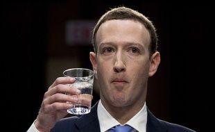 Mark Zuckerberg a la gorge sèche après avoir déclamé pendant dix heures les conditions d'utilisation de Facebook.