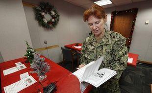 Une spécialiste de l'US Navy sur la base Peterson, dans le Colorado, où 1.500 volontaires répondent à des appels concernant le trajet du Père Noël.