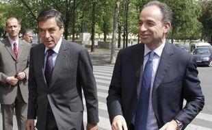 Le Premier ministre François Fillon (à g.) et le patron de l'UMP François Copé arrivent au restaurant pour déjeuner, le 6 mai 2011 à Paris.