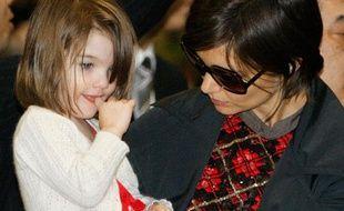 Repérées Katie Holmes et la petite Suri, toujours aussi mignonne, à l'aéroport de Narita au Japon. Apparemment, la scientologie autorise les doigts dans la bouche.