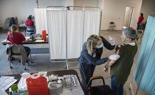 Une retraitée se fait vacciner contre le Covid-19 en Géorgie, aux Etats-Unis.