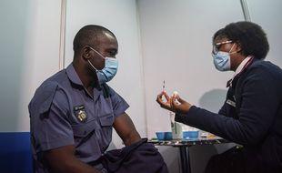 Un policier s'apprête à recevoir une dose de Johnson & Johnson à Soweto (Afrique du Sud), le 5 juillet.