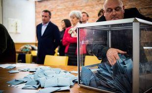 Illustration des élections, du vote, avec une urnes et des bulletins.