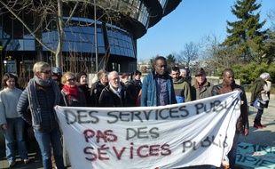 Le jeune Congolais, au centre, était soutenu par des membres du Mrap lors de l'audience du 11 février