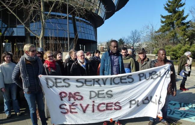 Le jeune Congolais, au centre, était soutenu par des membres du Mrap lors de l'audience.