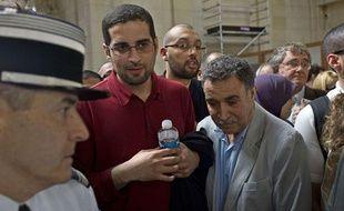 Halim Hicheur à côté de son père, avant le début du procès d'adlène Hicheur, jeudi 29 mars à Paris
