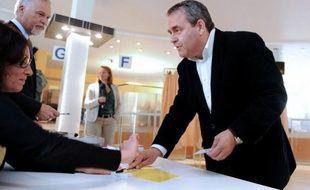 L'ancien ministre UMP, Xavier Bertrand, a été réélu dimanche député de la 2e circonscription de l'Aisne, avec 50,3% des voix, a annoncé une source UMP à l'AFP.