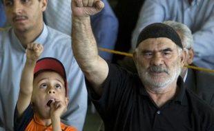 Des croyants iraniens crient des slogans pour soutenir le programme nucléaire iranien, au cours de la prière du vendredi à Téhéran, le 23 mai 2008.