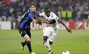 Ici opposé à Marten De Roon lors du match aller au Parc OL, le latéral gauche lyonnais Ferland Mendy pourrait retrouver une place de titulaire ce jeudi contre l'Atalanta Bergame.