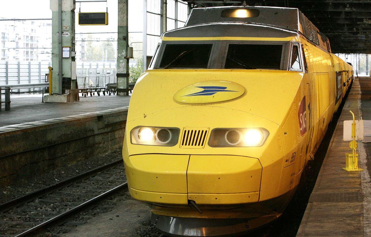 Un TGV postal en gare à Paris en 2006 – MEIGNEUX