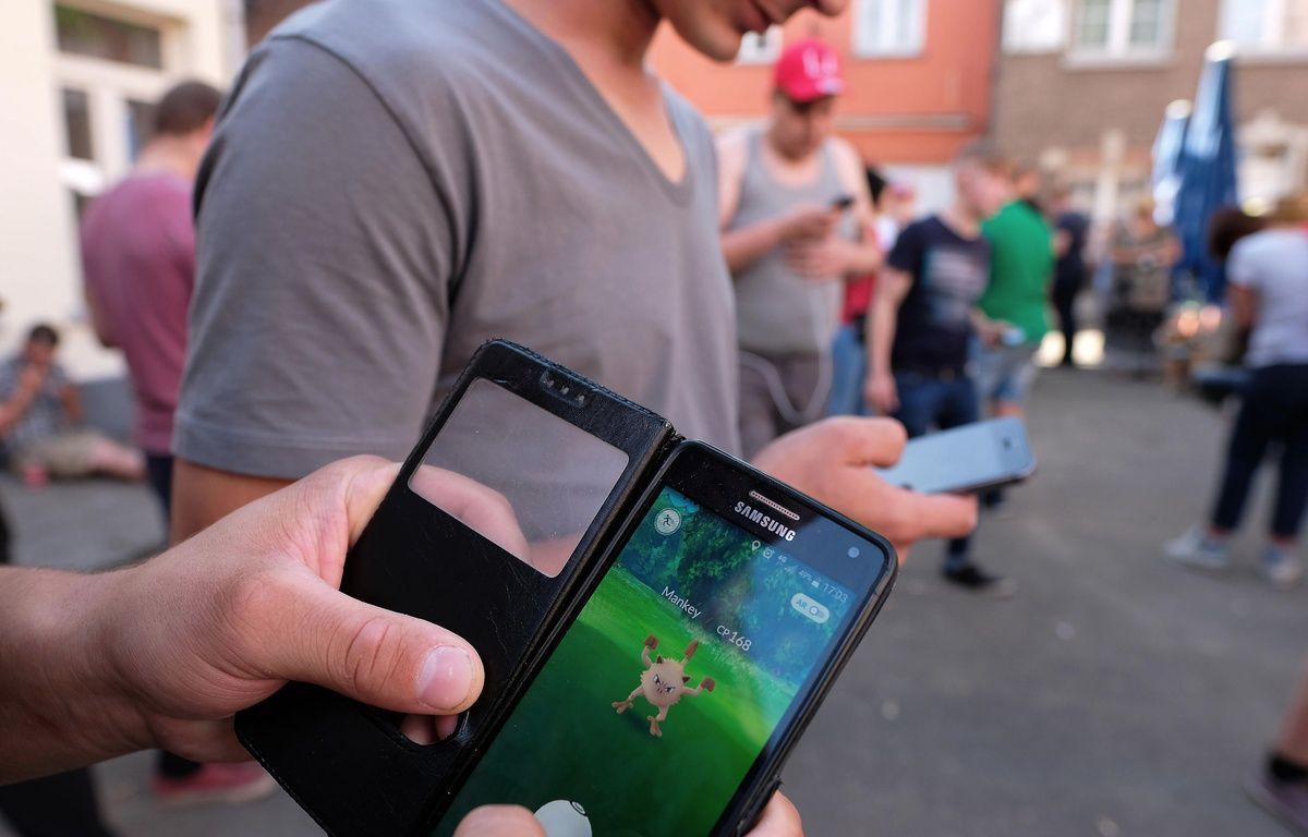 Des adeptes de Pokémon GO, le 20 août 2016 à Lille. AFP PHOTO / BELGA / NICOLAS MAETERLINCK – AFP