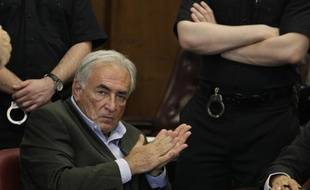 Libéré sous caution, Dominique Strauss-Kahn passera tout de même une nuit supplémentaire à la prison de Rikers Island avant de pouvoir rejoindre sa résidence surveillée après la décision du juge du tribunal de Manhattan le 19 mai 2011.