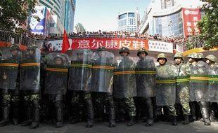 Des forces de l'ordre lors d'une manifestation contre des attaques à la seringue à Urumqi, dans le Xinjiang en Chine, le 3 septembre 2009.