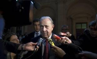 """Quant au sénateur UMP Charles Pasqua, qui semble occuper une place de choix dans les carnets à spirales, il """"joindra sa plainte aux plaintes déjà déposées"""", ou """"déposera plainte en son nom"""", selon son avocat."""
