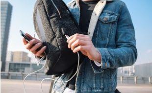 Le sac à dos solaire qui recharge les portables, inventé par deux étudiants.