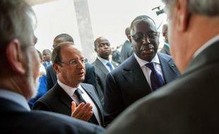 """Le président français François Hollande est arrivé vendredi à Dakar, sa première visite en Afrique depuis son élection en mai, où il entend écrire une """"nouvelle page"""" de la relation entre la France et l'Afrique, fondée sur la """"franchise"""", la """"transparence"""" et le """"respect""""."""