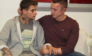 Clément (à gauche) et Aaron, le jeune couple victime d'une sauvage agression homophobe, témoignent devant la presse