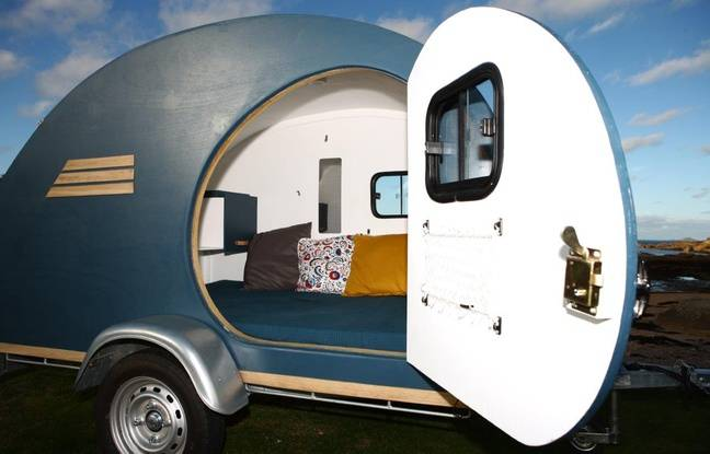 La caravane dispose d'un coin couchage, de rangements et d'un mini bureau.