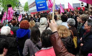 Le 5 mai, des féministes manifestent contre l'abrogation de la loi sur le harcèlement sexuel.