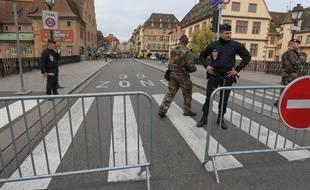 Archives. 02122015-STR-La police et l'armée dans les rues de Strasbourg pendant le marché de Noël.