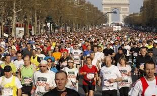 Les coureurs du 34e Marathon de Paris s'élancent sur les Champs Elysees, le 11 avril 2010.