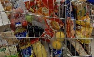 Les consommateurs ont acheté moins de produits de grande consommation dans les grandes surfaces en avril, hard-discount compris, en raison de la flambée des prix du carburant, selon une étude du cabinet Iri publiée jeudi.