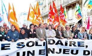 François Chérèque et Bernard Thibault (5e et 6e en partant de la gauche), lors de la manifestation, mardi, à Paris.