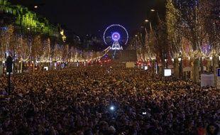 Spectacle son et lumière sur les Champs Elysées a l'occasion du passage a la nouvelle année. Des projections illuminent l'Arc de Triomphe sur le thème de la vie parisienne, suivies d'un feu d'artifice.