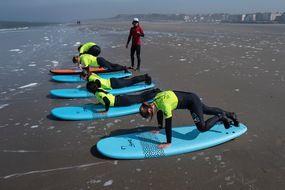 La Wimereux Surf School en action sur la plage de Wimereux.  Cette école vient d'ouvrir, illustrant l'engouement pour le surf, même sur les vagues nordistes.