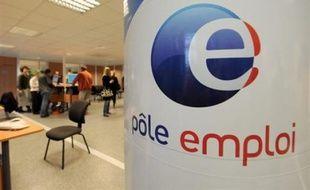 Le taux de chômage au quatrième trimestre 2008 a fortement augmenté à 7,8% de la population active en France métropolitaine (+0,6 point par rapport au troisième trimestre) et à 8,2% si l'on inclut les départements d'outre-mer (DOM), selon des chiffres publiés jeudi par l'Insee.