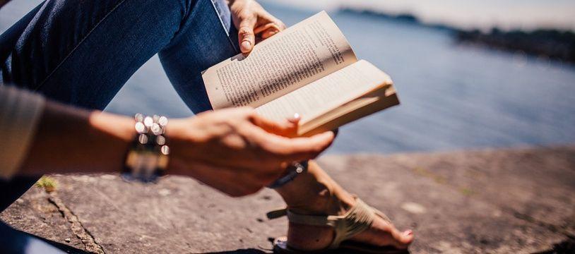 Illustration d'une femme lisant un livre à la mer
