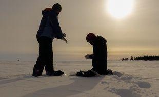 Trois sportifs traversent le pôle nord. Une aventure au cours de laquelle ils vont réaliser des prélèvements scientifiques.