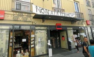 Devant la librairie, banderole, affiches et pétition accueillent les clients.