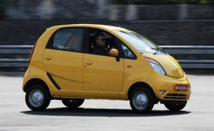 """Tata Motors, premier constructeur automobile indien, souhaite modifier l'image de marque de sa Nano, proclamée """"la voiture la moins chère du monde"""", mais dont les ventes n'ont jamais décollé, pour la présenter désormais comme """"la voiture urbaine maligne""""."""
