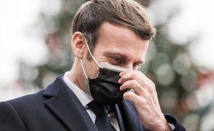 Emmanuel Macron devant le sapin de Noël de l'Elysée.